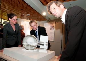 Sonja Starke, Dr. Frank Lungenstraß und Michael Viktor Müller begutachten das Modell im Maßstab 1:87.